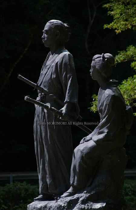 塩漬温泉にある龍馬公園の坂本龍馬 おりょう像